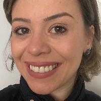 """Graduada em Psicologia desde 2011 com extensão em Neurociência, pós-graduada em """"Gestão de Pessoas"""" pela Fundação Getúlio Vargas – FGV, """"Terapia Cognitivo Comportamental"""" pelo CETCC e """"Psicologia do Desenvolvimento e da Aprendizagem"""" pela Pontifícia Universidade Católica – PUC. Em minha trajetória de atendimento clínico, atuo através das abordagens: """"Terapia Cognitivo Comportamental"""" e """"Teoria do Esquema"""". Também, para aperfeiçoar os tratamentos em consultório, me formei nos seguintes cursos: """"Coaching"""" pelo IBC, """"Programação Neurolinguística"""" pela SBPNL, """"Avaliação Neuropsicológica"""" pelo Hospital Israelita Albert Einstein, """"Terapia dos Esquemas"""" pelo CETCC / Instituto Wainer e """"Psicoterapia para crianças e adolescentes"""" pelo Instituto Wainer. Em paralelo, possuo experiência de 13 anos no desenvolvimento de pessoas (Recursos Humanos), na qual conquistei uma posição de liderança no meio corporativo empresarial com gestão de equipe e de líderes. Por acreditar que o autoconhecimento gera bem-estar e consciência sobre os caminhos tomados em nossas vidas, trabalho incansavelmente para possibilitar aos seus pacientes, sendo criança, adolescente ou adulto, mecanismos e recursos para que os mesmos encontrarem as respostas que procuram dentro de si."""