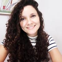 """Olá! Sou Marcela Santos, Fundadora da Clínica CORPO QUE A MENTE PRODUZ, Psicóloga Junguiana e especialista em análise psicossomática.  O meu grande propósito é poder te ajudar a caminhar rumo a uma vida mais equilibrada tanto emocionalmente como psiquicamente e fisicamente. Inspirada e baseada nas abordagens da Psicologia Junguiana e Psicossomática, a clínica CORPO QUE A MENTE PRODUZ, integra todas as dimensões da existência humana, sendo elas, biopsicossocial, ecológica, energética e espiritual. O intuito do tratamento é ajudar as pessoas a enxergarem a realidade no qual elas vivem, quebrando dinâmicas no qual as fizeram adoecer, as conectando com elas mesmas, encontrando uma vida com maior significado, propósito e realização. Todos os dias passamos por diversas emoções que afetam a nossa qualidade de vida. Essas emoções podem favorecer nossa saúde mas, podem também nos prejudicar levando- nos ao adoecimento físico/psíquico.  Trabalho olhando sempre para o conteúdo que está por trás do sintoma manifestado, com o objetivo de conscientizar o paciente sobre a dinâmica que ele mesmo vive, o possibilitando a transformação de vida, minimização ou """"eliminação"""" do sofrimento.  O dia em que você precisar de ajuda em qualquer etapa da sua vida, qualquer que seja a sua realidade, tenho recursos e métodos terapêuticos para te ajudar exatamente com aquilo que você precisa."""