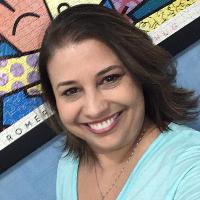 Nivea Loza é Psicóloga, pós-graduada na Faculdade de Medicina da Universidade de SP em Neuropsicologia. Com experiência de 23 anos em atendimentos com crianças, adolescentes e adultos. Atua também na área da Psicologia Positiva. Mãe da doce Nicole, acredita que cultivar as boas emoções são a grande chave para uma vida de bem-estar.